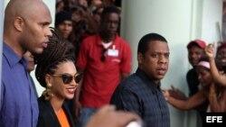 La cantante estadounidense Beyoncé (c) y su esposo, el rapero Jay-Z (i) salen hoy, jueves 4 de abril de 2013, del Hotel Saratoga en La Habana (Cuba), donde se hospedan junto a varios miembros de su familia, para celebrar los cinco años de su matrimonio. E