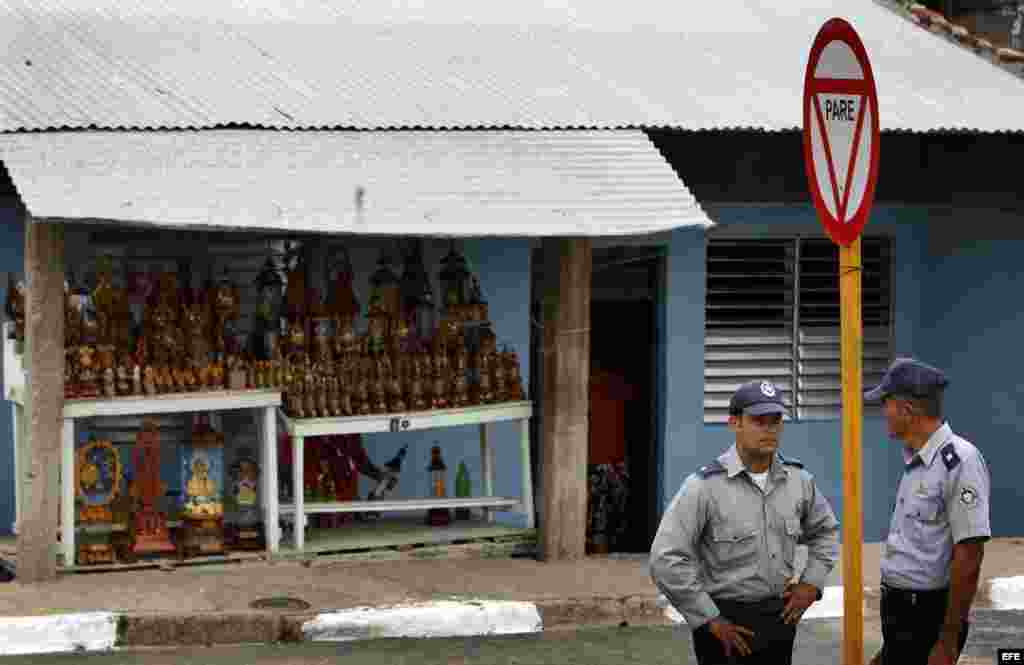 Dos policías vigilan el sábado 24 de marzo de 2012 en el poblado El Cobre, Santiago de Cuba, donde se encuentra el santuario de la Virgen de la Caridad