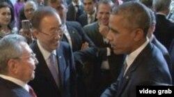El saludo entre Obama y Raúl Castro en la Cumbre de las Américas de Panamá.