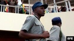 Fotografía de archivo de policías zimbabuenses.