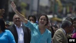 La líder opositora Maria Corina Machado saluda a sus seguidores.