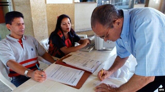 Foto de archivo. Un venezolano verifica sus datos en el registro electoral.