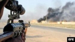 Un voluntario chií apunta su rifle durante combates contra militantes del grupo EI