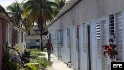 """Un joven camina por un albergue o """"comunidad de tránsito"""", en La Habana."""