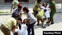 Agentes de la Seguridad del Estado arrestan a Damas de Blanco este domingo, 24 de junio, en La Habana.