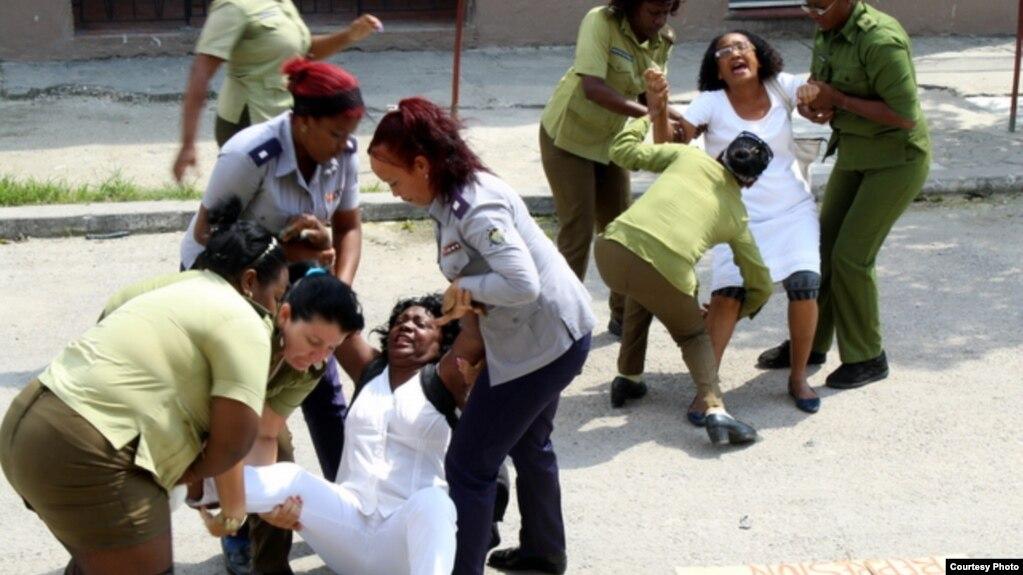 Agentes de la Seguridad del Estado arrestan a las Damas de Blanco.