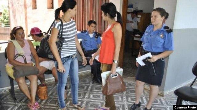 Katherin y Lisandra, esposadas, antes de recibir permiso para permanecer en Asunción (foto ABC color)