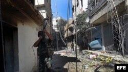 Soldados sirios durante un patrullaje en un área de Damasco (Siria).