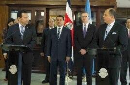 El presidente de Costa Rica Luis Guillermo Solís (d) consiguió apoyo de su nuevo colega guatemalteco JImmy Morales (i) para la salida de los migrantes cubanos (La Nación).