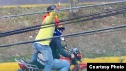 Miembros de los colectivos paramilitares en acción.