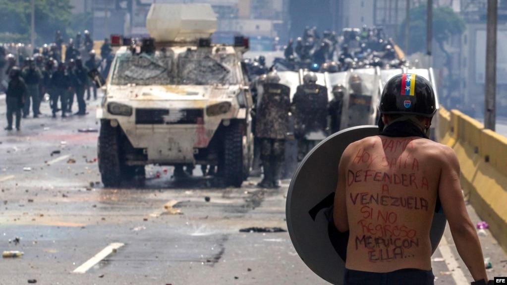 Un manifestante se enfrenta a la Guardia Nacional Bolivariana.