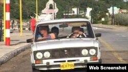 Algunos profesionales cubanos usan sus autos como taxis para compensar sus ingresos.