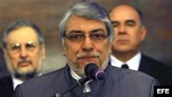 El destituido presidente de Paraguay Fernando Lugo habla en la sede del Palacio de Gobierno, en Asunción.