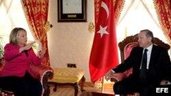 La secretaria de Estado estadounidense, Hillary Clinton, conversa con el primer ministro turco, Recep Tayyip Erdogan. EFE/Yasin Bulbul/HO