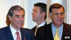 El senador republicano del estado de Florida Mel Martínez (dcha), el secretario de Comercio de EEUU, Carlos Gutiérrez (i)