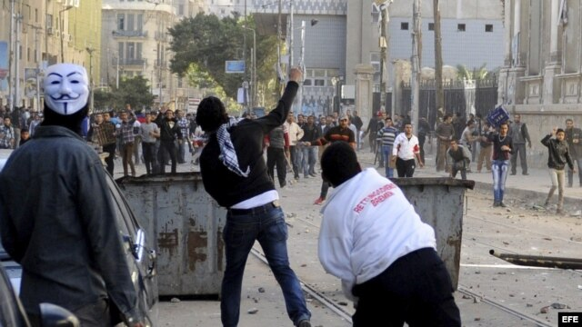 Manifestantes se enfrentan a las fuerzas de seguridad durante una protesta coincidiendo con el segundo aniversario de la revolución que derrocó a Hosni Mubarak, en El Cairo, Egipto. Archivo.