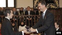 El nieto del escritor Nicanor Parra recibe el Premio Cervantes de manos del Principe de Asturias.