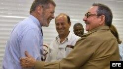 Ian Delaney saluda efusivamente a Raúl Castro durante una de sus visitas a Cuba.