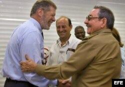 Rentable: Ian Delaney de Sherritt saluda efusivamente a Raúl Castro.