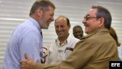 Sherritt - Ian Delaney saluda efusivamente a Raúl Castro durante una de sus visita a Cuba.