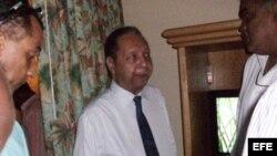 """Archivo - El ex dictador haitiano Jean Claude Duvalier (c), también conocido como """"Baby Doc"""", habla con un grupo de amigos."""