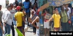 Oficialistas en acto de repudio frente a la sede de las Damas de Blanco.