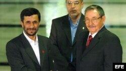 Raúl Castro se encontró por primera vez con el presidente de Irán, Majmud Ajmadineyad, durante la XIV Cumbre de los No Alineados, en septiembre del 2006 en La Habana.