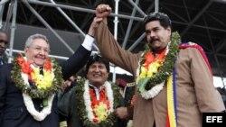 Evo Morales, Nicolás Maduro y Raúl Castro usan guirnaldas de hojas de coca en un encuentro en el estadio Tahuichi Aguilera.