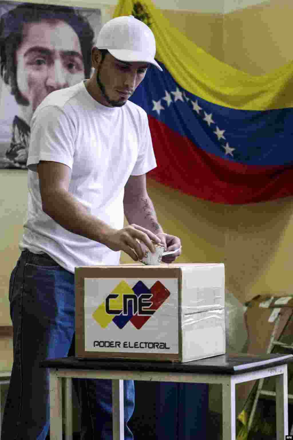 Elecciones municipales en Venezuela. Un joven ejerce el voto.