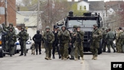 CJX56. Watertown (United States), 19/04/2013.- Police SWAT teams make house to house searches in Watertown, Massachusetts, USA 19 April 2013. Boston's Mayor Thomas Menino and Massachusetts Governor Deval Patrick asked all residents of Boston and several s