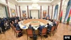 Archivo - Vista general de la cumbre para líderes de estado celebrada en Minsk (Bielorrusia) el 26 de agosto del 2014.