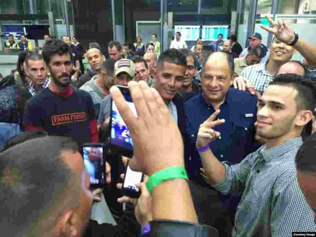 Solís con los cubanos antes de salir de Costa Rica.