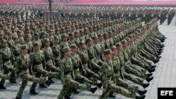 Soldados norcoreanos desfilan en la plaza Kim Il Sung en Pyongyang.