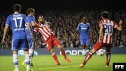 El centrocampista turco del Atlético de Madrid Arda Turan marca el tercer gol