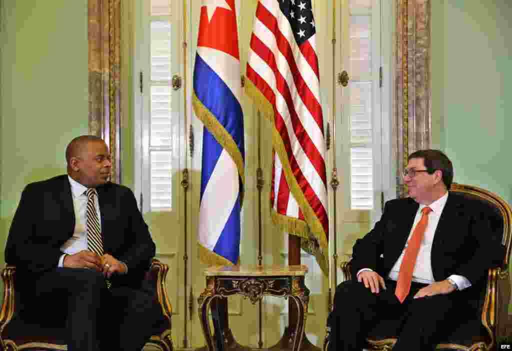 El canciller cubano Bruno Rodríguez (d) y el secretario estadounidense de Transporte, Anthony R. Foxx (i)