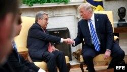 El presidente de Estados Unidos, Donald J. Trump (d), saluda al secretario general de la ONU, António Guterres, durante una reunión en la Casa Blanca, este 20 de octubre de 2017.