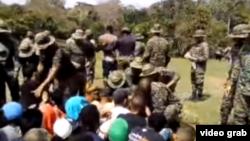 Militares panameños expulsan a migrantes cubanos.
