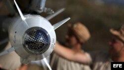 Preparan avión de combate SU-34 ruso en la base siria de Hmeymim, a las afueras de Latakia (Siria) el pasado 4 de octubre.