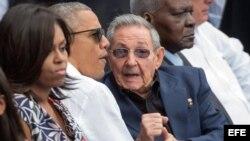 El presidente de Estados Unidos, Barack Obama (c), y su esposa, Michelle (i), junto al gobernante de Cuba, Raúl Castro (d), en el estadio Latinoamericano.