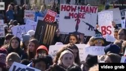 Miles de estudiantes, padres, maestros y sobrevivientes de masacres escolares coinciden en Washington D.C. en la Marcha por nuestras vidas.