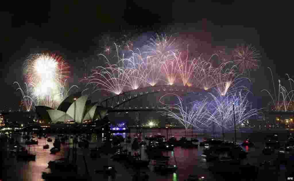 El espectáculo de fuegos artificales ilumina la Opera de Sidney