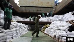 Un grupo de trabajadores desvela varios contenedores ocultos entre sacos de azúcar y que presumiblemente contienen material bélico, dentro del barco norcoreano Chong Chon Gang hoy, martes 16 de julio de 2013, en el muelle de Manzanillo en Colón (Panamá).