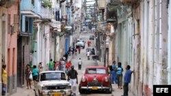 Varias personas transitan por una calle del barrio Centro Habana