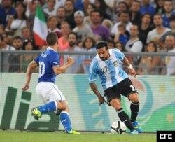 El jugador de la selección nacional de Italia Marco Verratti (i) disputa el balón con el jugador de Argentina Ezequiel Lavezzi (d) hoy, miércoles 14 de agosto de 2013, durante un partido amistoso en el Estadio Olímpico en Roma (Italia).