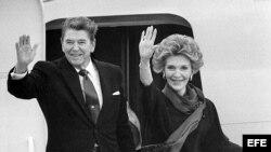 El ex presidente de EEUU Ronald Reagan y su esposa Nancy. Archivo.