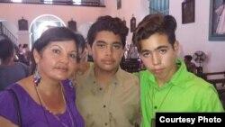 La periodista independiente Bárbara Viera, junto a sus dos hijos.