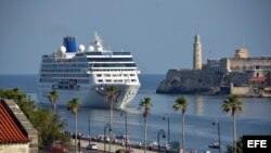 El Crucero Adonia pasa frente al Morro habanero. La nueva política del presidente Trump no afecta mucho a estos viajes, que se calcula dejarán más de 60 millones de dólares a Cuba entre 2017 y 2019.