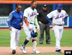 Yoenis Céspedes (c) de los Mets reacciona luego de lastimarse.