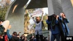 Estudiantes iraníes protestan contra el gobierno en Teherán.