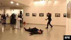 Fotografía del hombre armado (d) que disparó contra el embajador de Rusia en Turquía, Andrei Karlov.
